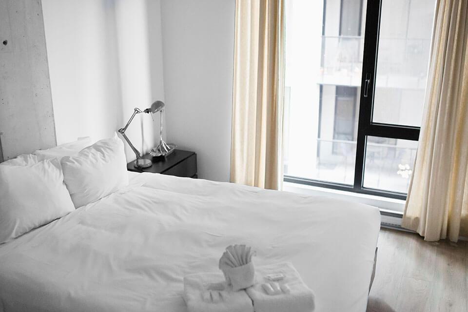 電動床價格差異大,我該怎麼比價挑選?電動床不是醫院中冷冰冰的病床或醫療床,電動床不只是床,不僅是來享受睡眠的高級床墊,也是舒服的一張多功能沙發,能夠坐、臥、躺陪伴您享受悠閒生活時光。電動床墊不是什麼新發明,早已深受歐美人士喜好與購買使用,在台灣因為電動床墊價格動輒20萬元至上百萬元都有,價格高昂屬於金字塔消費,所以在市場上並不普及。