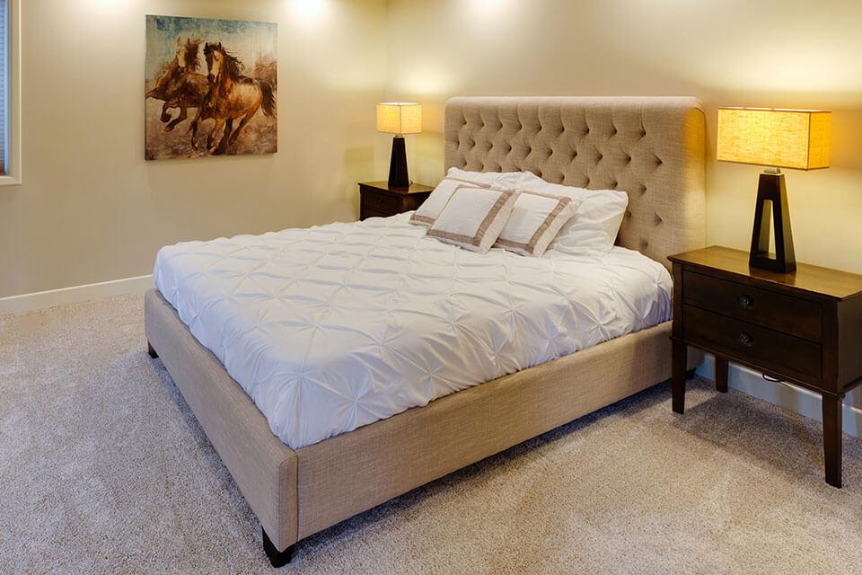 獨立筒床墊價格在市場上看起來很混亂,從2000元到數十萬元都有,甚至576萬一張的床墊也有人買。要討論獨立筒床墊價格這問題之前,先說明一下,在床墊超市一張(合理)的獨立筒床墊價位,若是標準雙人尺寸,價位大約在1000元以上,至於幾千元便宜廉價又介紹得天花亂墜的網路商品,我們不擋人財路,請消費者自行判斷,誰都想用最少的錢買到最好的商品,但往往事與願違,這是為什麼呢?仔細想一想就知道了,你以為商人都吃素的嗎?